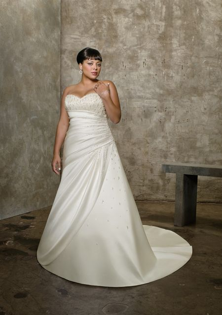 b4225edcaf049 اجمل وافخم فساتين السهرات والخطوبة والزفاف للعروسة البدينة عام 2013 ...
