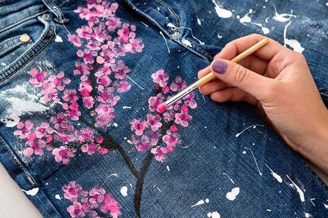 çiçekle kot pantalonu boyama